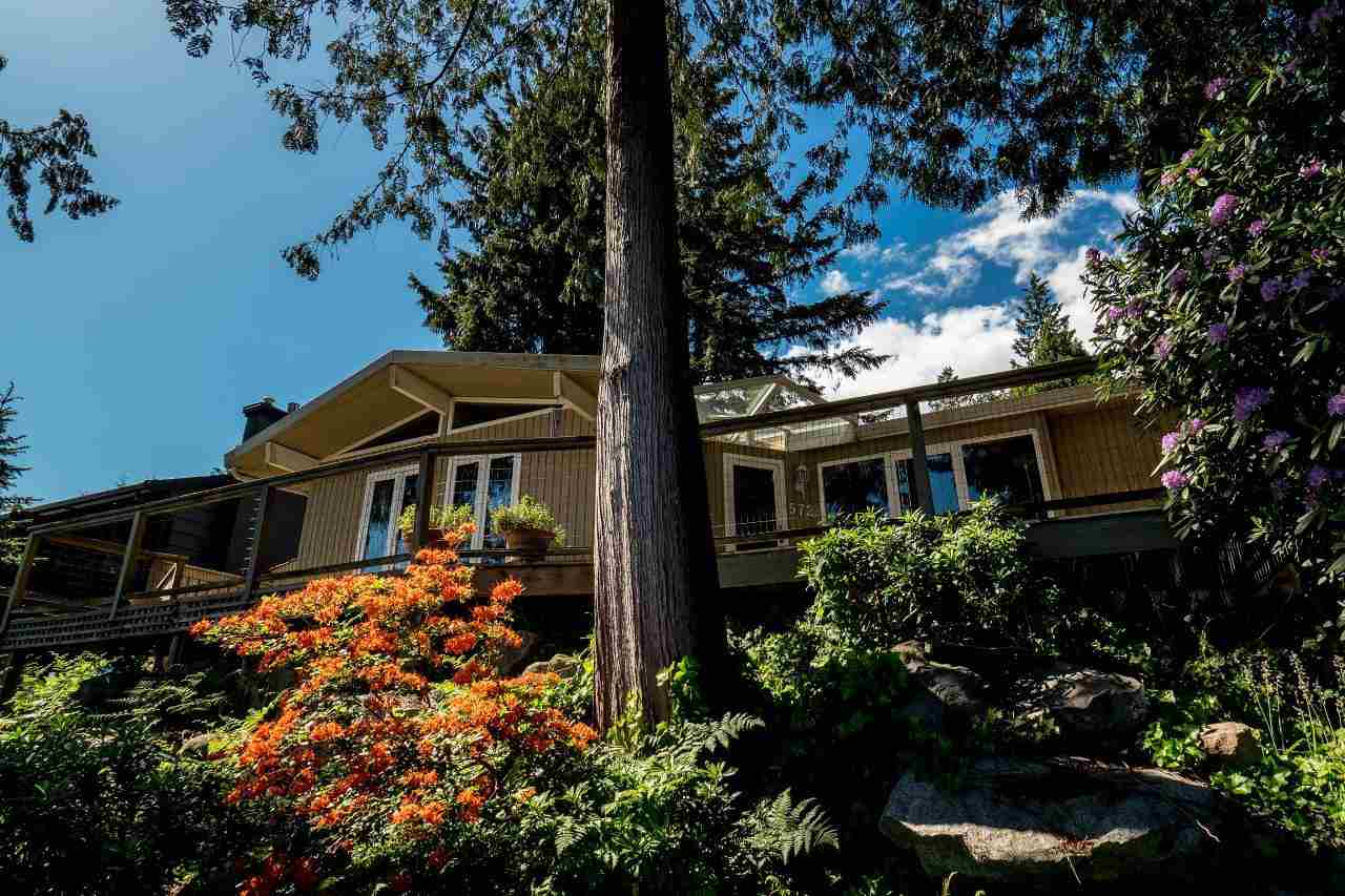Main Photo: 572 TEMPE Crescent in North Vancouver: Upper Lonsdale House for sale : MLS(r) # R2065972