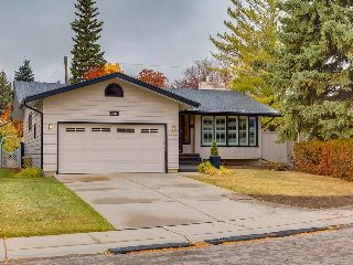 Main Photo: 1244 CROSS Crescent SW in Calgary: Chinook Park House for sale : MLS® # C4141539