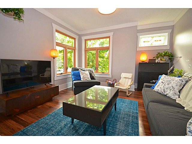 Photo 2: 375 E WOODSTOCK Avenue in Vancouver: Main House for sale (Vancouver East)  : MLS(r) # V1125273