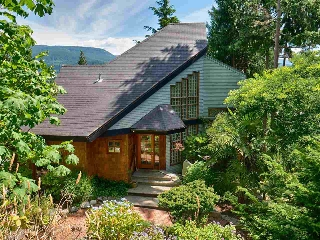 "Main Photo: 5677 SALMON Drive in Sechelt: Sechelt District House for sale in ""Sechelt Proper"" (Sunshine Coast)  : MLS® # R2196095"