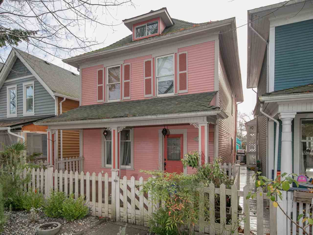 Photo 1: 740 E PENDER Street in Vancouver: Mount Pleasant VE House for sale (Vancouver East)  : MLS(r) # R2123023