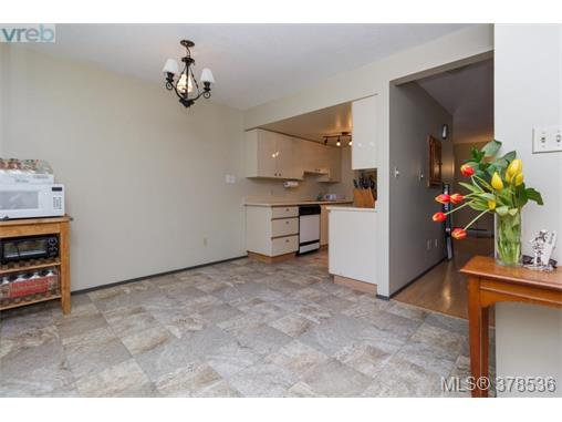 Photo 3: 15 3230 Rutledge Street in VICTORIA: SE Quadra Townhouse for sale (Saanich East)  : MLS(r) # 378536