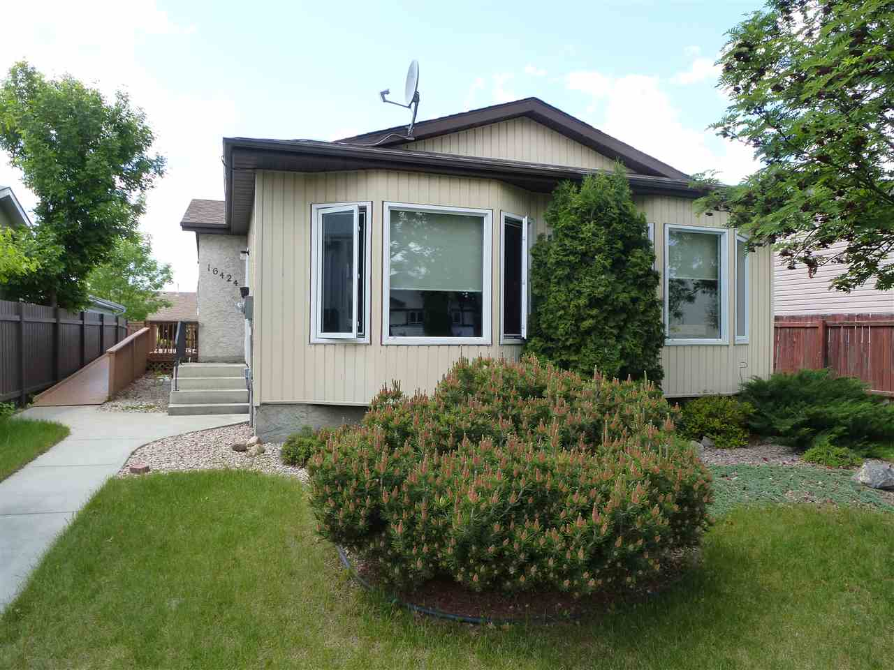 Photo 1: 16424 100 Street in Edmonton: Zone 27 House for sale : MLS(r) # E4059470