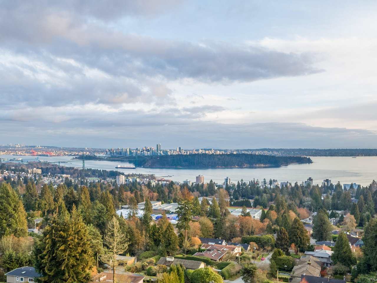 Photo 2: 1815 QUEENS Avenue in West Vancouver: Queens House for sale : MLS(r) # R2145800