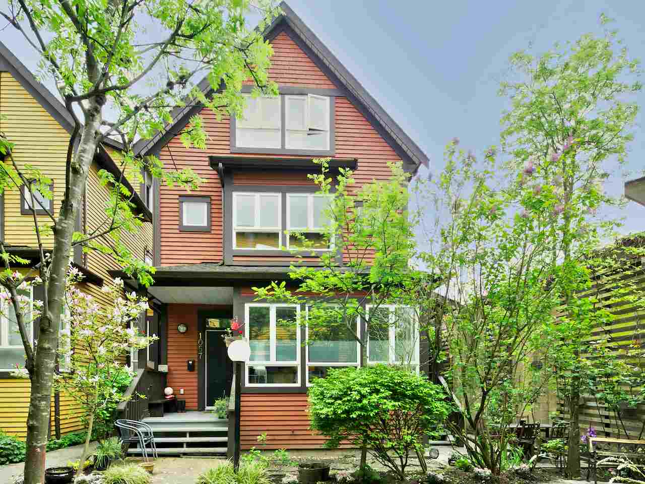 "Photo 1: 1057 E PENDER Street in Vancouver: Mount Pleasant VE Townhouse for sale in ""Pender Court"" (Vancouver East)  : MLS(r) # R2133679"