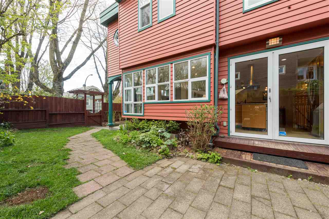 "Photo 3: 1915 E 7TH Avenue in Vancouver: Grandview VE Townhouse for sale in ""COMMERCIAL DRIVE"" (Vancouver East)  : MLS® # R2161216"