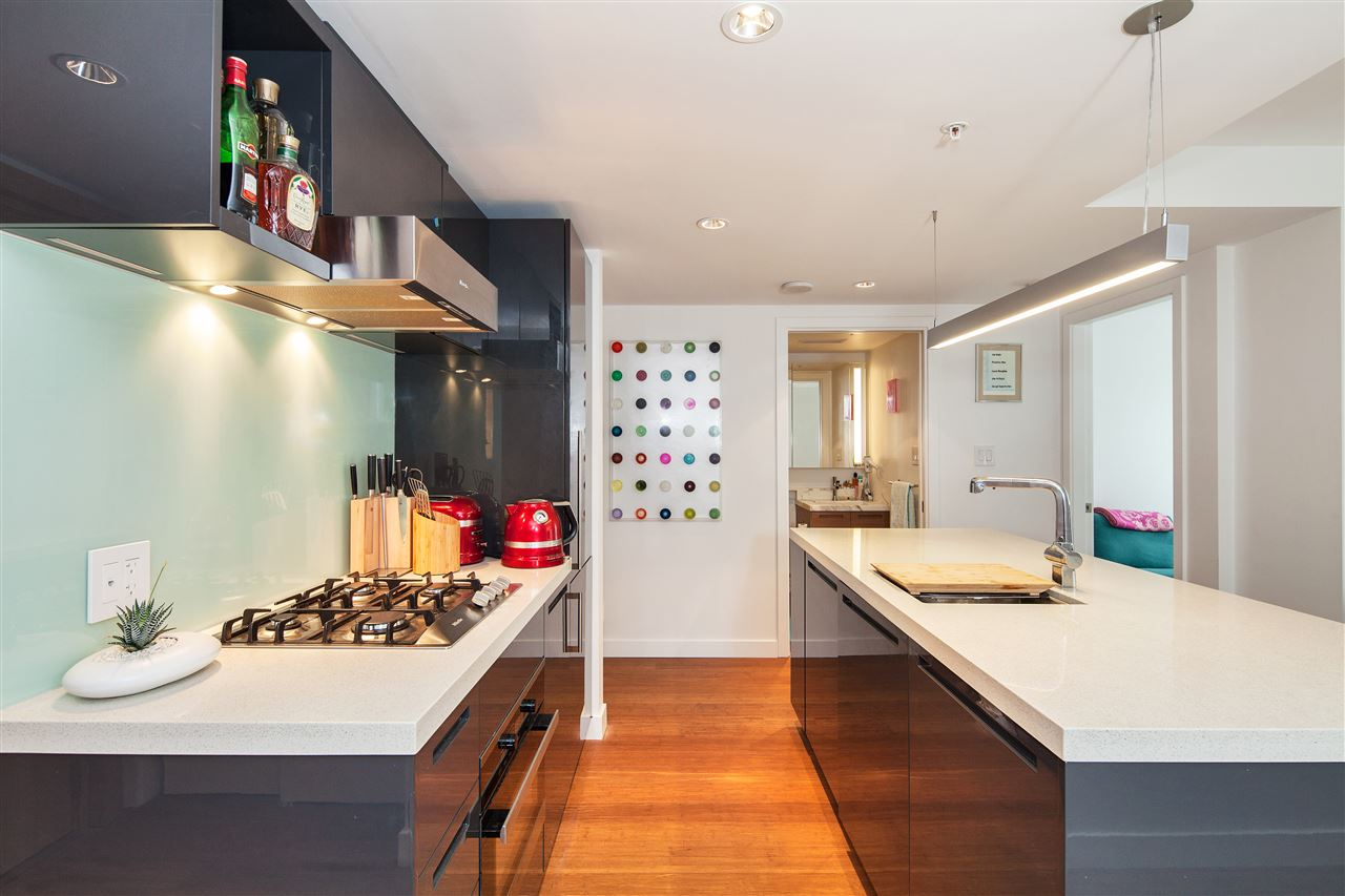 "Photo 2: 710 777 RICHARDS Street in Vancouver: Downtown VW Condo for sale in ""TELUS GARDEN"" (Vancouver West)  : MLS(r) # R2179488"