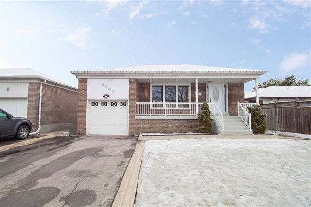 Main Photo: 8 Aquila Court in Toronto: West Humber-Clairville House (Bungalow) for sale (Toronto W10)  : MLS(r) # W3449924