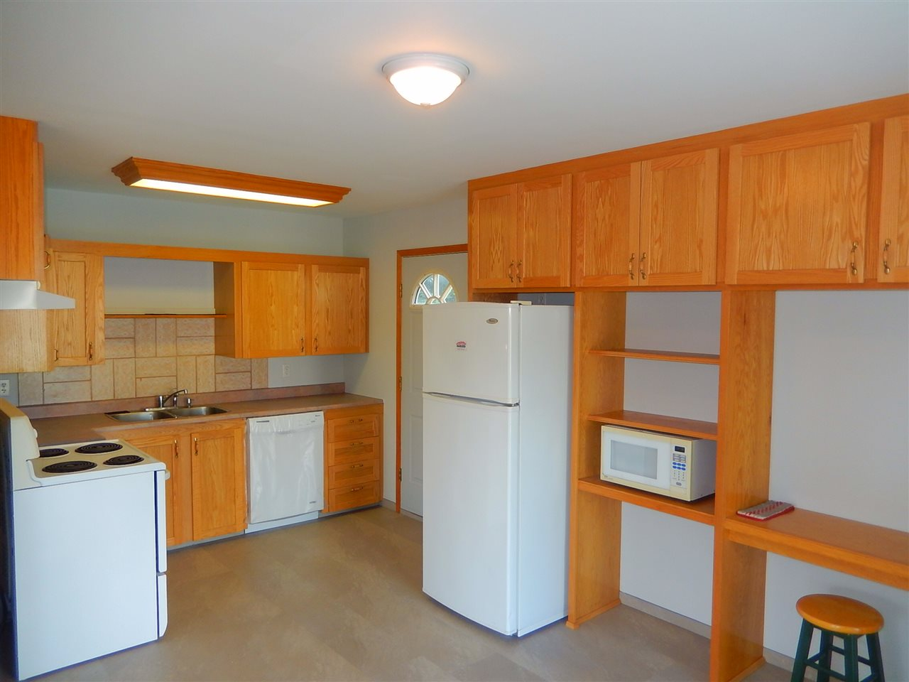 Brand new kitchen with solid oak cabinets.
