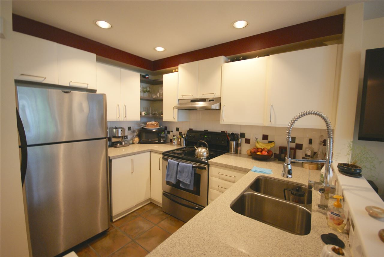 "Photo 2: 7430 MAGNOLIA Terrace in Burnaby: Highgate Townhouse for sale in ""CAMARILLO"" (Burnaby South)  : MLS® # R2080942"