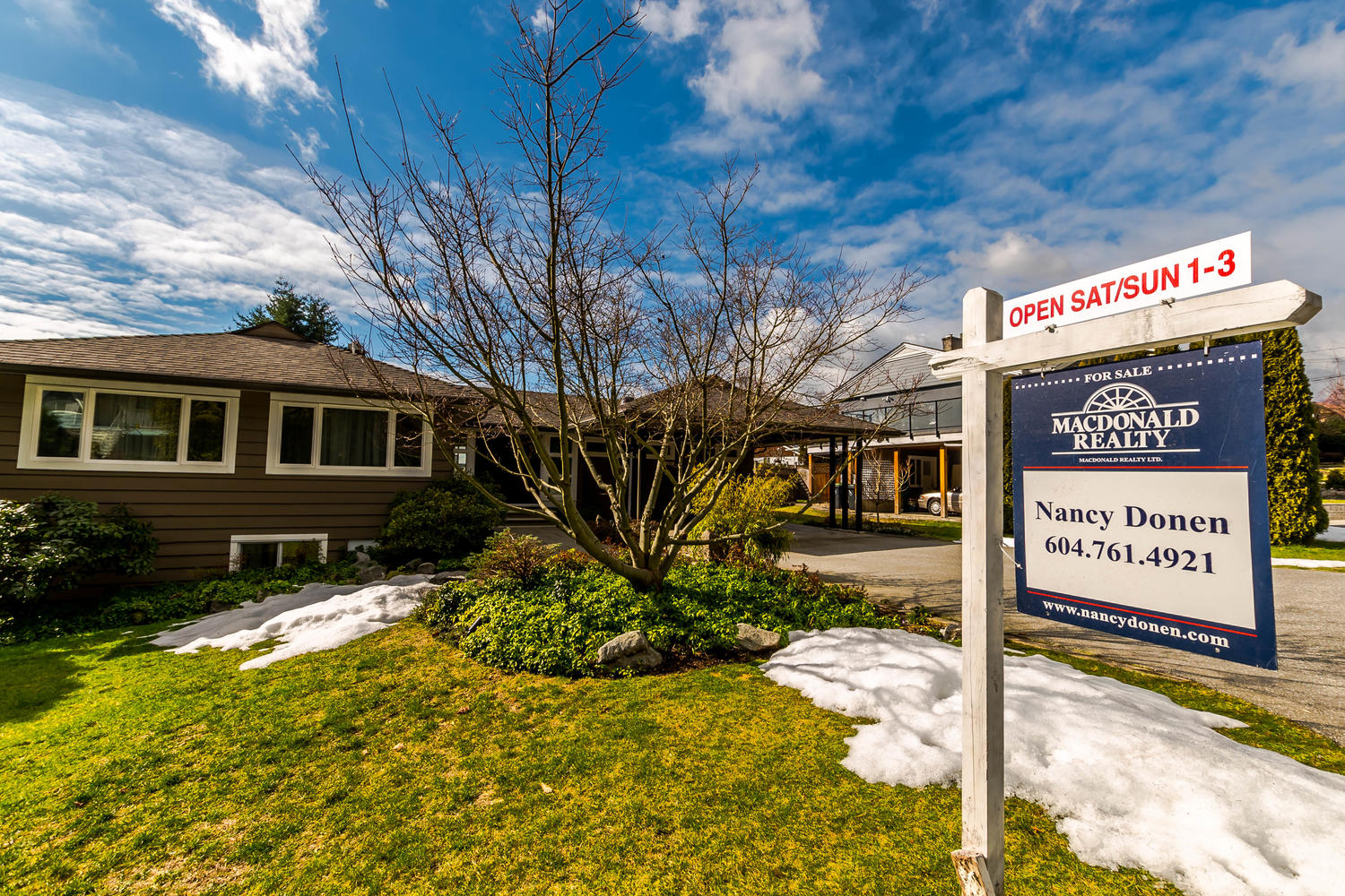 Main Photo: 423 VIENNA Crescent in North Vancouver: Upper Delbrook House for sale : MLS®# R2244315