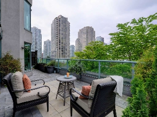 "Main Photo: 203 888 HAMILTON Street in Vancouver: Downtown VW Condo for sale in ""ROSEDALE GARDENS"" (Vancouver West)  : MLS(r) # R2169872"