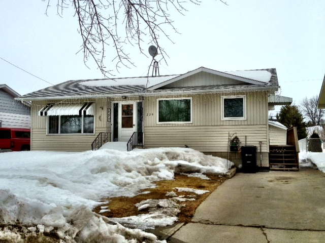 Main Photo: 220 8th Avenue Southeast in Dauphin: Single Family Detached for sale