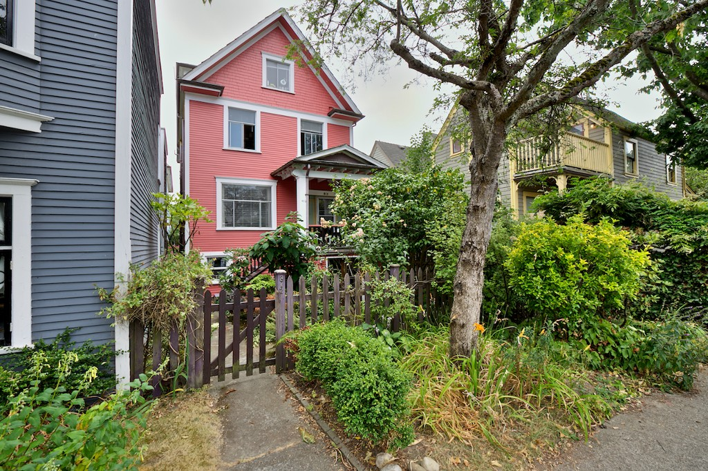 Main Photo: 812 E PENDER Street in Vancouver: Mount Pleasant VE House for sale (Vancouver East)  : MLS® # V1134022