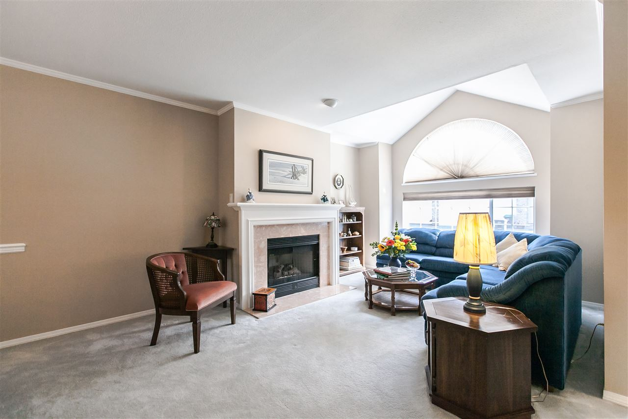 "Photo 3: 108 6109 W BOUNDARY Drive in Surrey: Panorama Ridge Townhouse for sale in ""Lakewood Gardens"" : MLS® # R2197585"