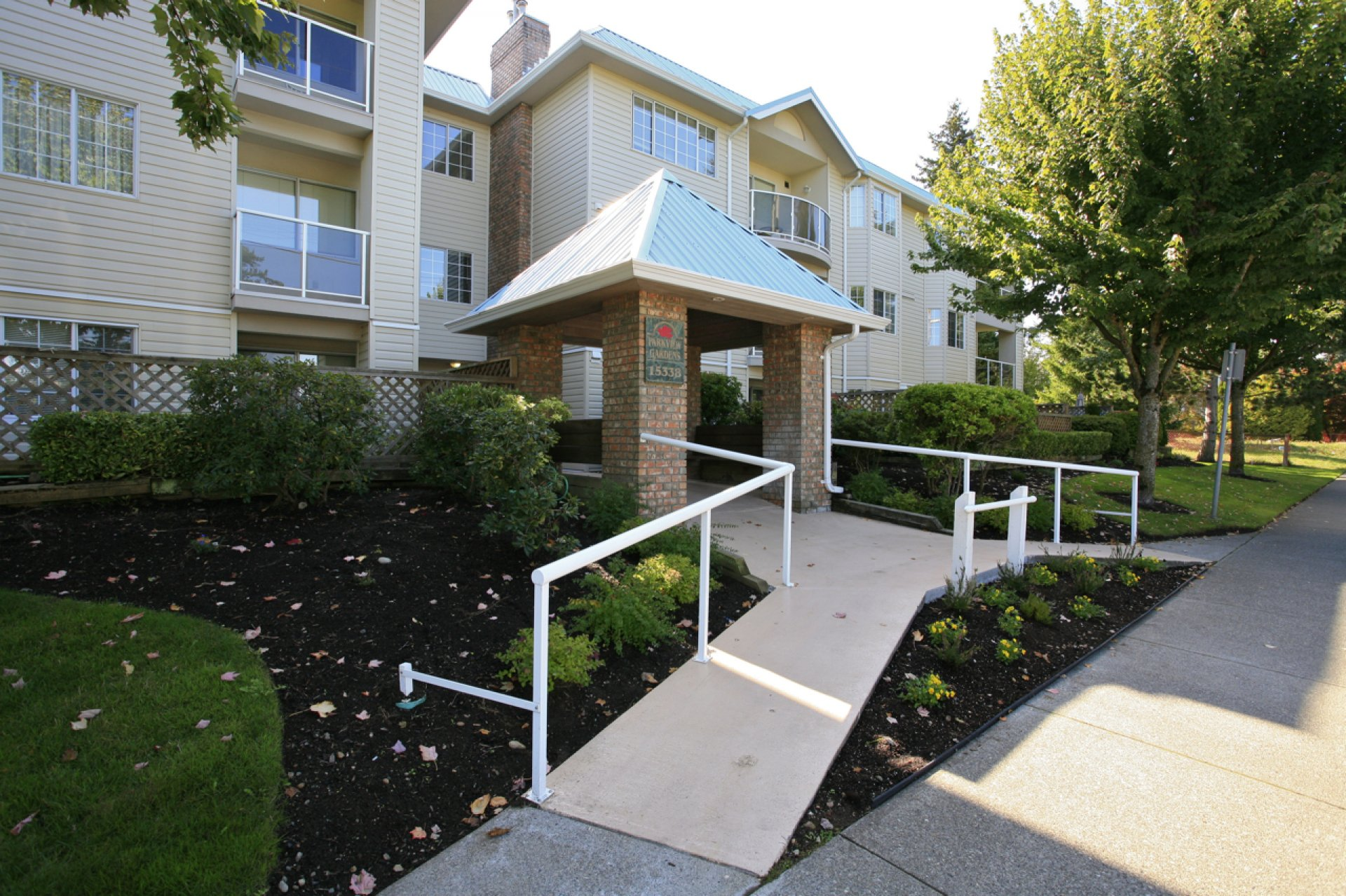 "Main Photo: 304 15338 18 Avenue in White Rock: King George Corridor Condo for sale in ""Parkview Gardens"" (South Surrey White Rock)  : MLS®# R2243887"
