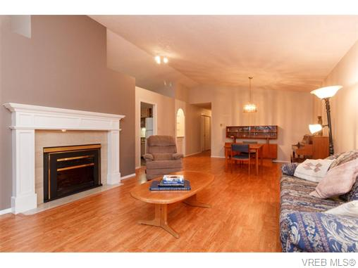 Photo 3: 33 901 Kentwood Lane in VICTORIA: SE Broadmead Townhouse for sale (Saanich East)  : MLS(r) # 371537