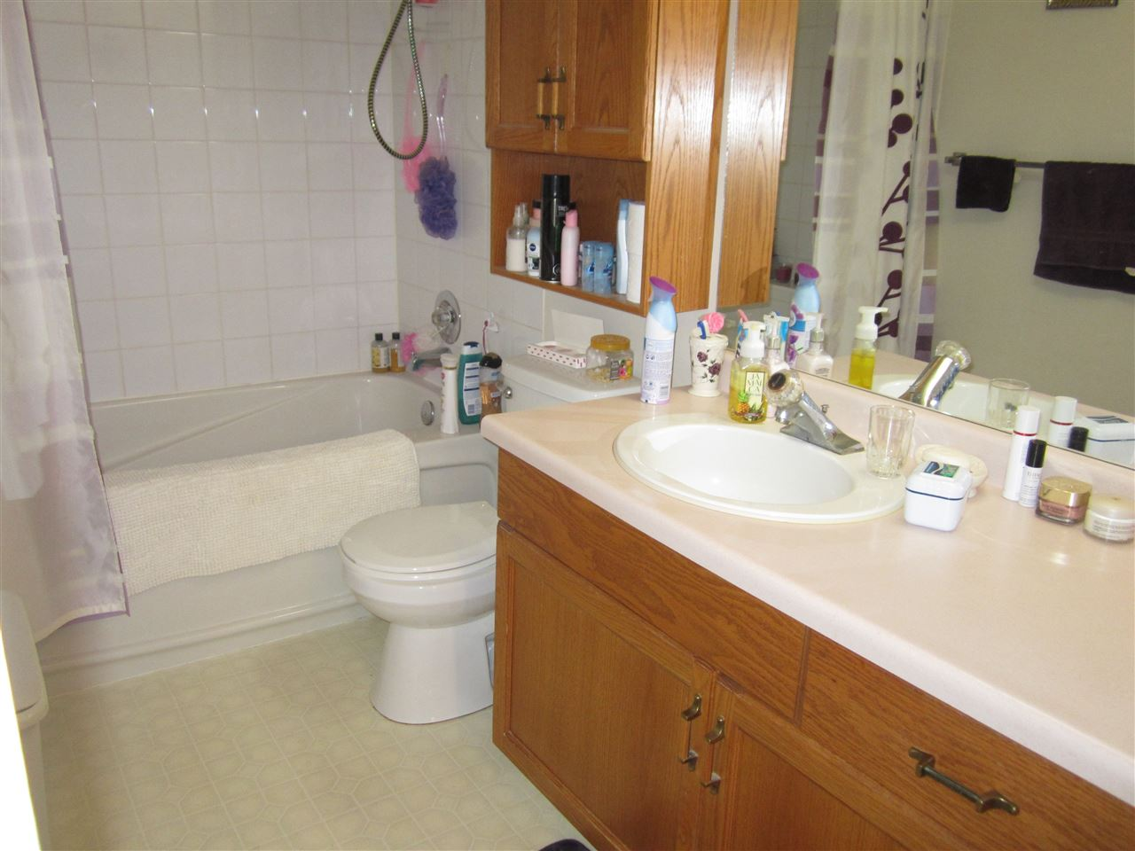 4 pc bath with great Soaker Tub