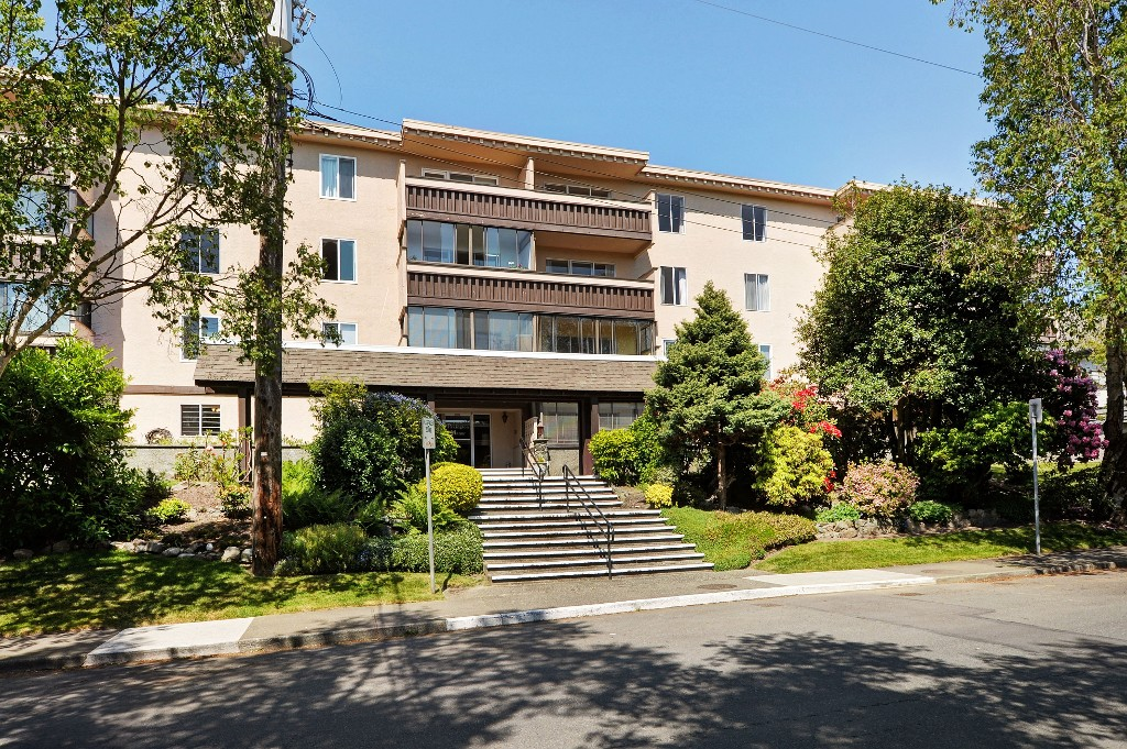 Main Photo: 401 1012 Pakington Street in VICTORIA: Vi Fairfield West Condo Apartment for sale (Victoria)  : MLS® # 380122