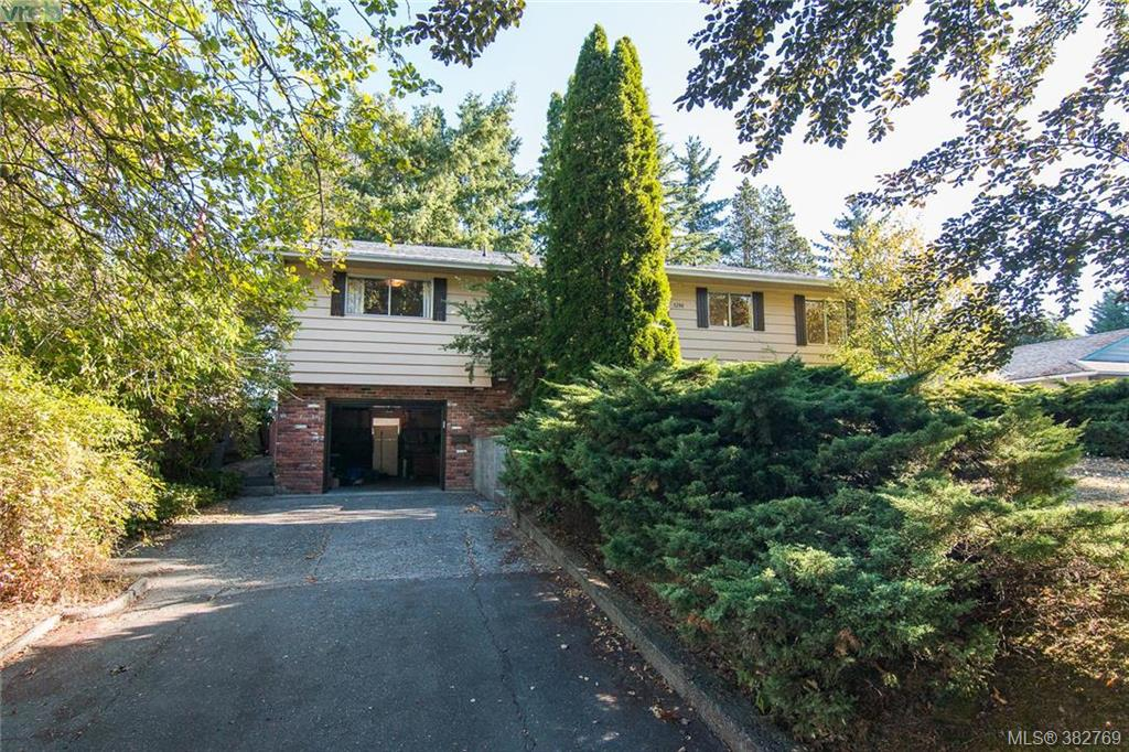 Main Photo: 1290 Glyn Road in VICTORIA: SW Layritz Single Family Detached for sale (Saanich West)  : MLS®# 382769