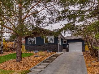 Main Photo: 2044 CHICOUTIMI Drive NW in Calgary: Charleswood House for sale : MLS® # C4141902