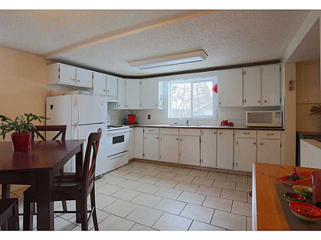Large spacious kitchen with lots of counter space