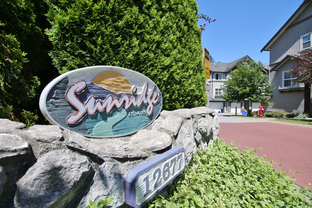 "Main Photo: 17 12677 63 Avenue in Surrey: Panorama Ridge Townhouse for sale in ""Sunridge Estates"" : MLS(r) # R2182897"