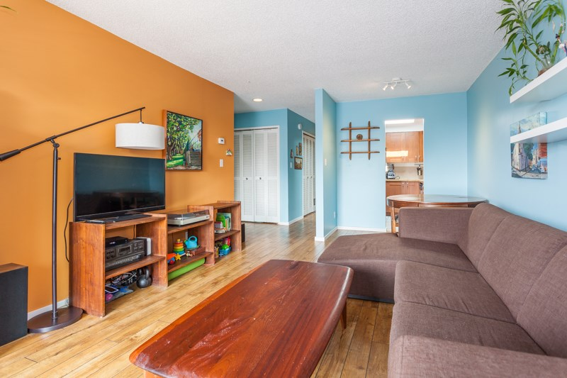 "Photo 3: 309 1011 FOURTH Avenue in New Westminster: Uptown NW Condo for sale in ""Crestwell Manor"" : MLS® # R2196488"