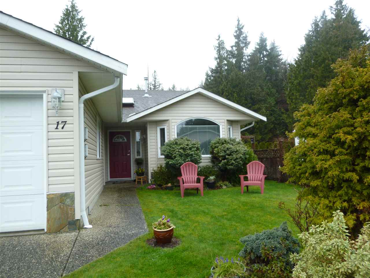 "Main Photo:  in Gibsons: Gibsons & Area House 1/2 Duplex for sale in ""GIBSONS COUNTRY VILLAGE"" (Sunshine Coast)  : MLS®# R2254487"