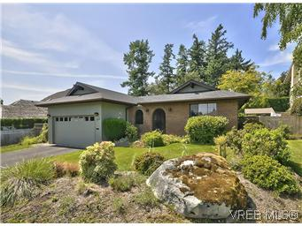 Main Photo: 739 E Viaduct Avenue in VICTORIA: SW Royal Oak Single Family Detached for sale (Saanich West)  : MLS® # 297804