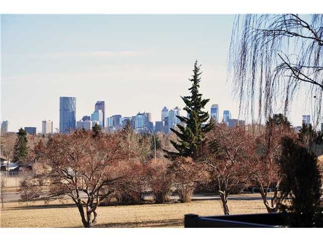 Photo 2: 31 HIGHWOOD Place NW in Calgary: Highwood Residential Detached Single Family for sale : MLS(r) # C3639703