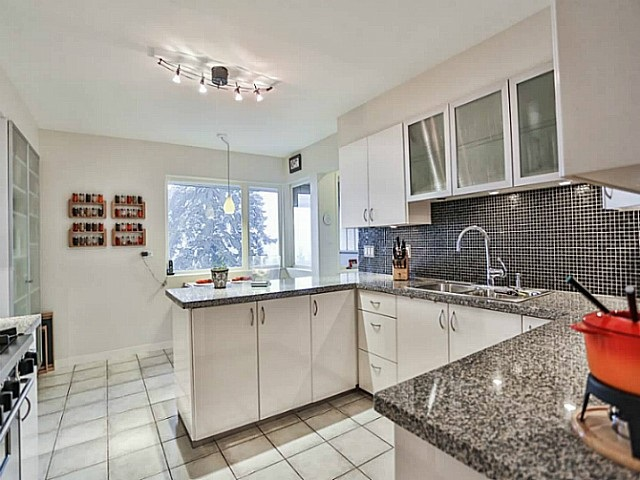 Good sized kitchen with breakfast area and pantry.  Granite counters, gas cooker and new stainless dishwasher.
