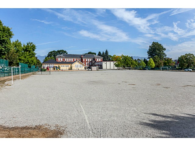 Photo 4: 4537 CULLODEN Street in Vancouver: Knight House for sale (Vancouver East)  : MLS(r) # V1140883