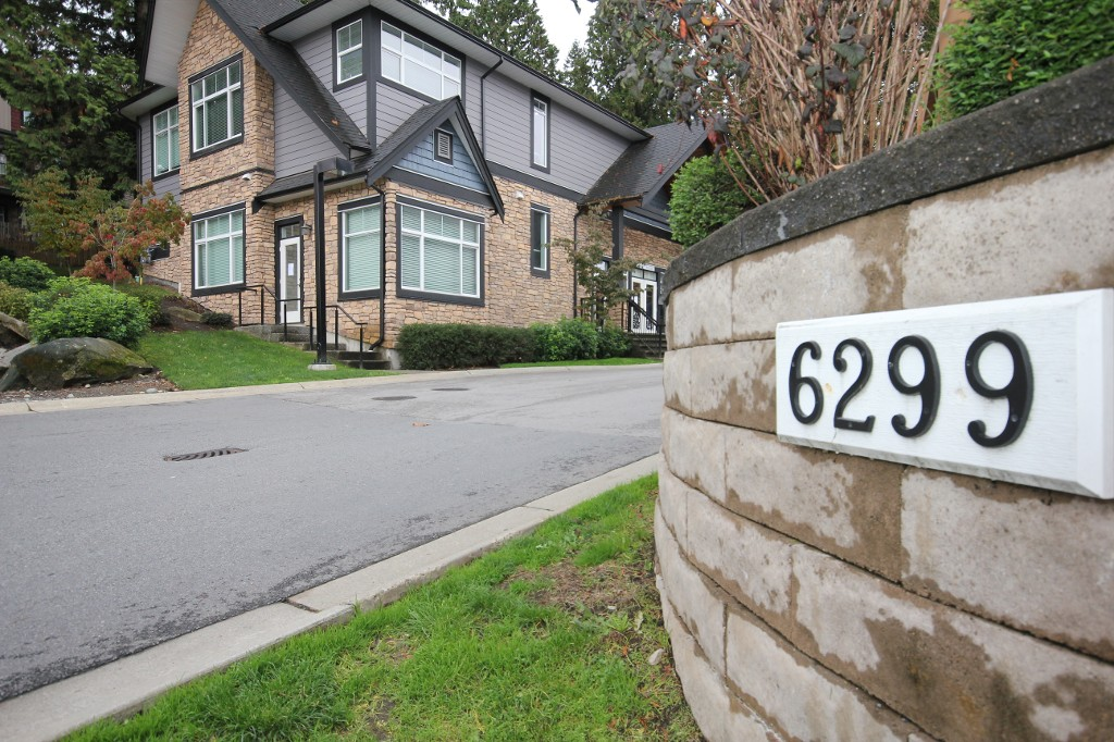 "Main Photo: 81 6299 144 Street in Surrey: Sullivan Station Townhouse for sale in ""Altura"" : MLS®# R2011961"