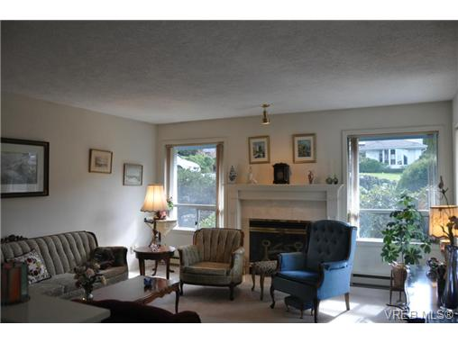 Photo 2: 4352 Parkwood Terrace in VICTORIA: SE Broadmead Strata Duplex Unit for sale (Saanich East)  : MLS® # 363161