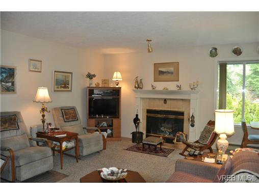 Photo 5: 4352 Parkwood Terrace in VICTORIA: SE Broadmead Strata Duplex Unit for sale (Saanich East)  : MLS® # 363161