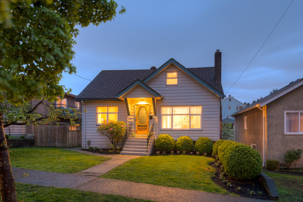 "Main Photo: 521 KELLY Street in New Westminster: Sapperton House for sale in ""SAPPERTON"" : MLS® # R2057390"