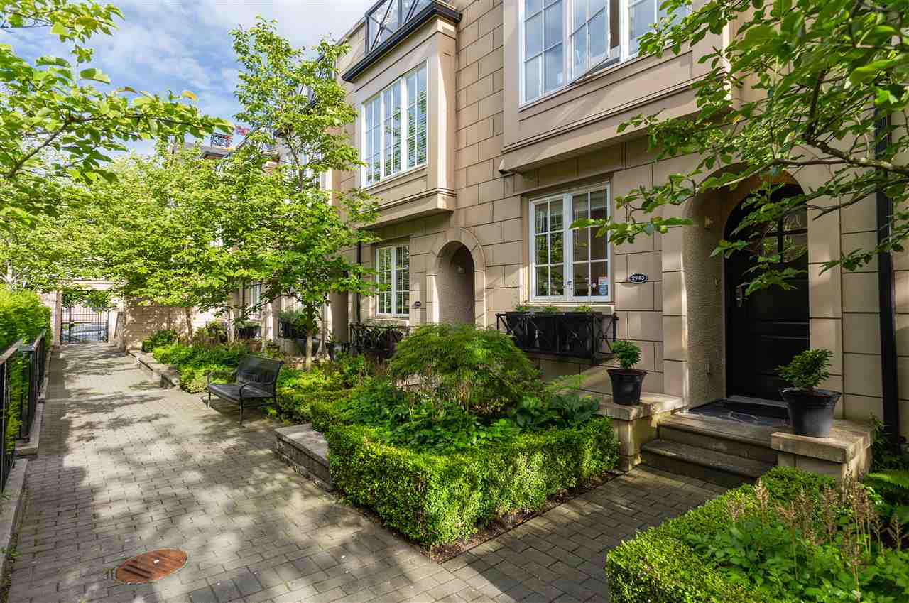 "Main Photo: 2943 LAUREL Street in Vancouver: Fairview VW Townhouse for sale in ""BROWNSTONES"" (Vancouver West)  : MLS®# R2179733"