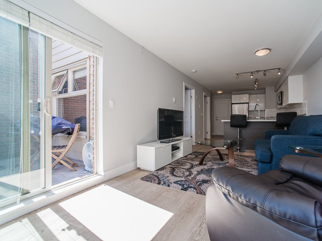 "Photo 6: 401 2408 E BROADWAY in Vancouver: Renfrew VE Condo for sale in ""BROADWAY CROSSING"" (Vancouver East)  : MLS(r) # R2102626"