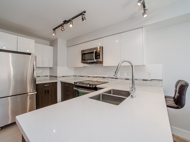 "Photo 3: 401 2408 E BROADWAY in Vancouver: Renfrew VE Condo for sale in ""BROADWAY CROSSING"" (Vancouver East)  : MLS(r) # R2102626"