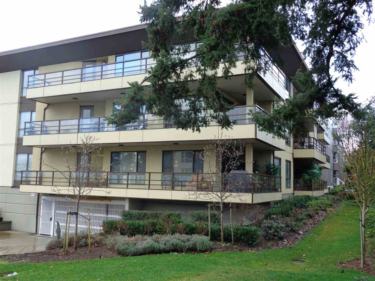 "Main Photo: 302 15747 MARINE Drive: White Rock Condo for sale in ""PROMENADE"" (South Surrey White Rock)  : MLS®# R2029569"