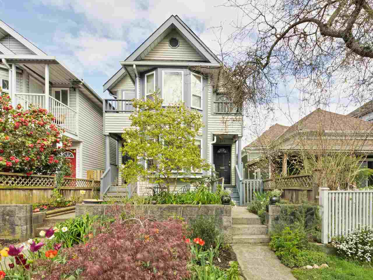 Main Photo: 643 E PENDER Street in Vancouver: Mount Pleasant VE House 1/2 Duplex for sale (Vancouver East)  : MLS® # R2055698
