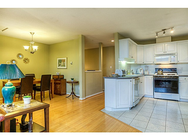 Photo 5: 4683 DARWIN Avenue in Burnaby: Burnaby Hospital House 1/2 Duplex for sale (Burnaby South)  : MLS® # V1103438