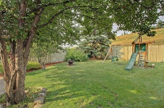 SPACIOUS YARD BACKING ON TO GREEN SPACE
