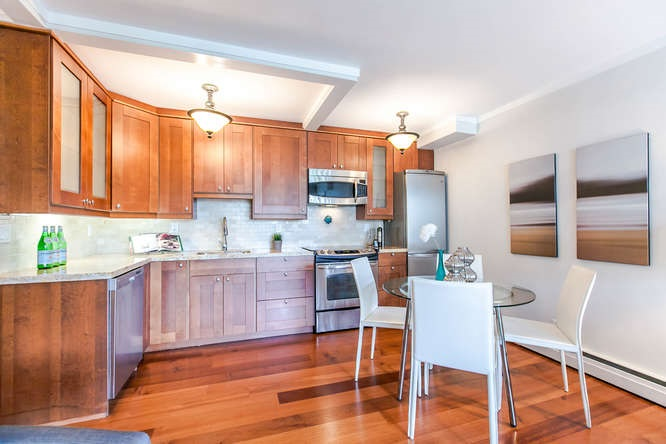 "Main Photo: 104 1750 ESQUIMALT Avenue in West Vancouver: Ambleside Condo for sale in ""Esquimalt Towers"" : MLS®# R2110483"