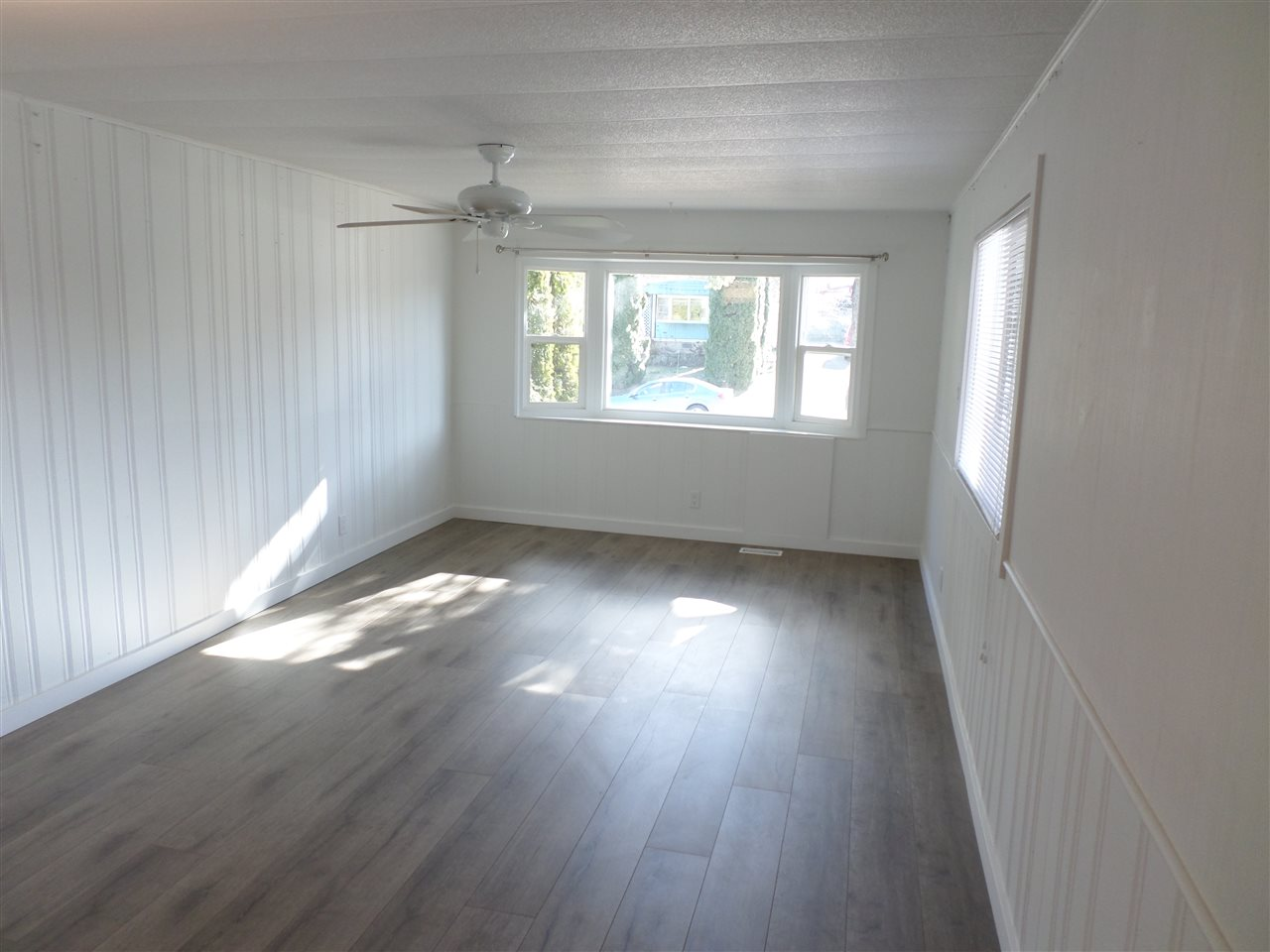 Photo 3: 31585 LOMBARD Avenue in Abbotsford: Poplar Manufactured Home for sale : MLS(r) # R2138943