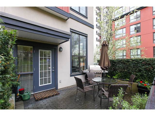 Main Photo: 829 AGNES Street in New Westminster: Downtown NW Condo for sale : MLS(r) # V1000315