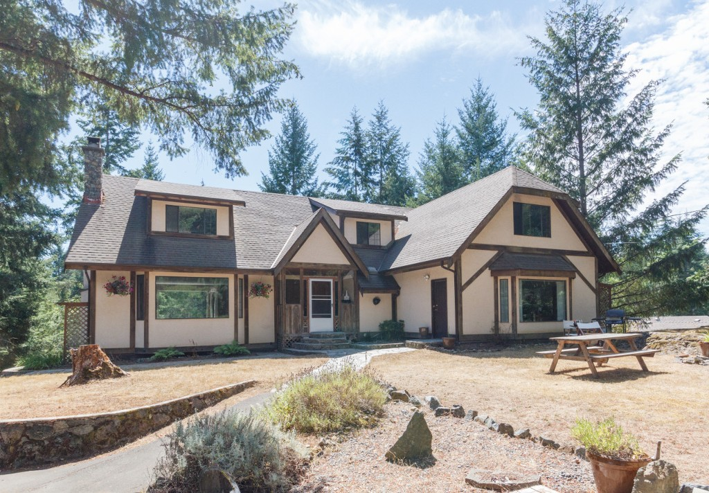 Main Photo: 1672 Millstream Road in VICTORIA: Hi Western Highlands Single Family Detached for sale (Highlands)  : MLS® # 374369