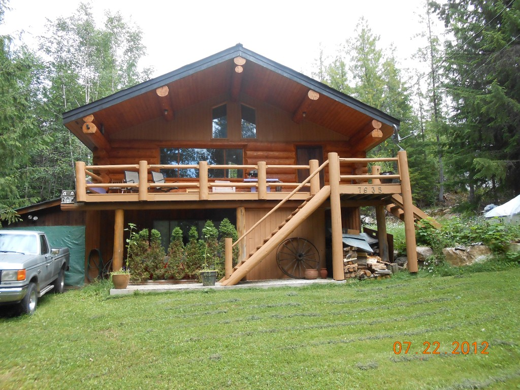Main Photo: 7635 Mountain Drive in Anglemont: North Shuswap House for sale (Shuswap)  : MLS® # 10051750