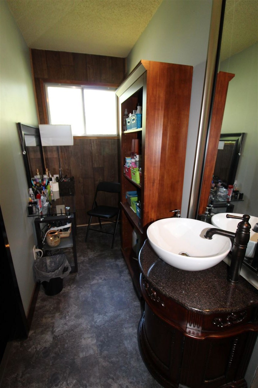 Vanity / make up area with sink